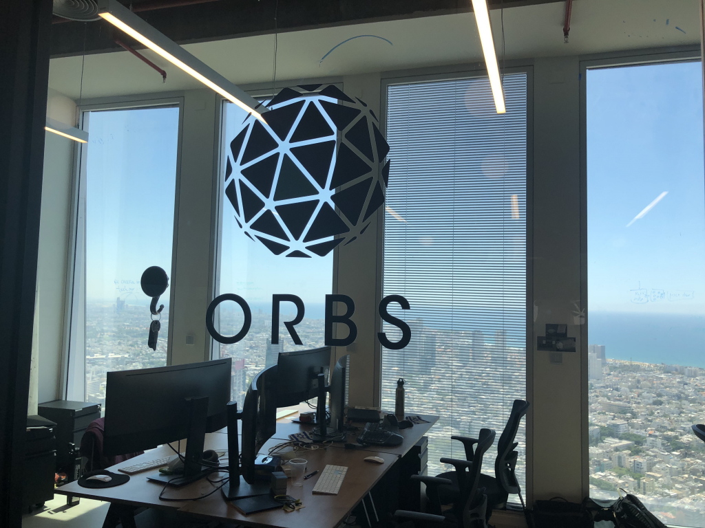 텔아비브 건물 중앙 60층에 위치한 Orbs 사무실